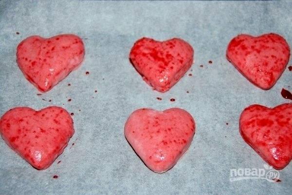 7.Положите сердечки на противень, покрытый бумагой для выпечки, и смажьте сверху свекольным отваром. Дайте булочкам подняться в течение часа и выпекайте в предварительно разогретой до 180 градусов духовке, в течение 10-15 минут.