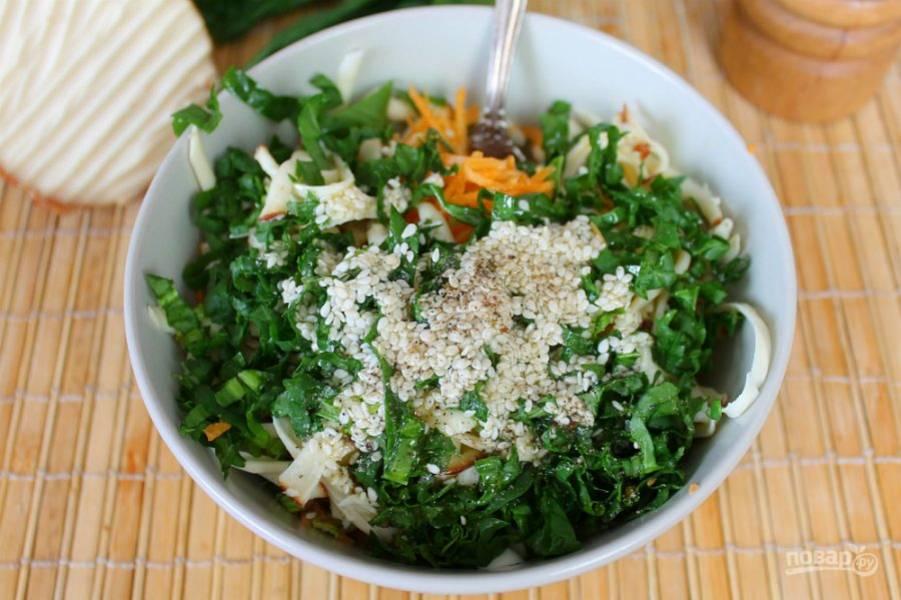 Для заправки используем оливковое масло. Посыпаем салат перцем и все перемешиваем. Если нужно, добавляем соль.
