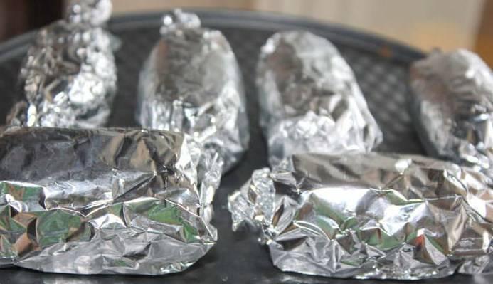 Сформируйте сырки. Положите сырки на фольгу, заверните, как конфету. Положите в морозилку, чтобы они немного застыли.