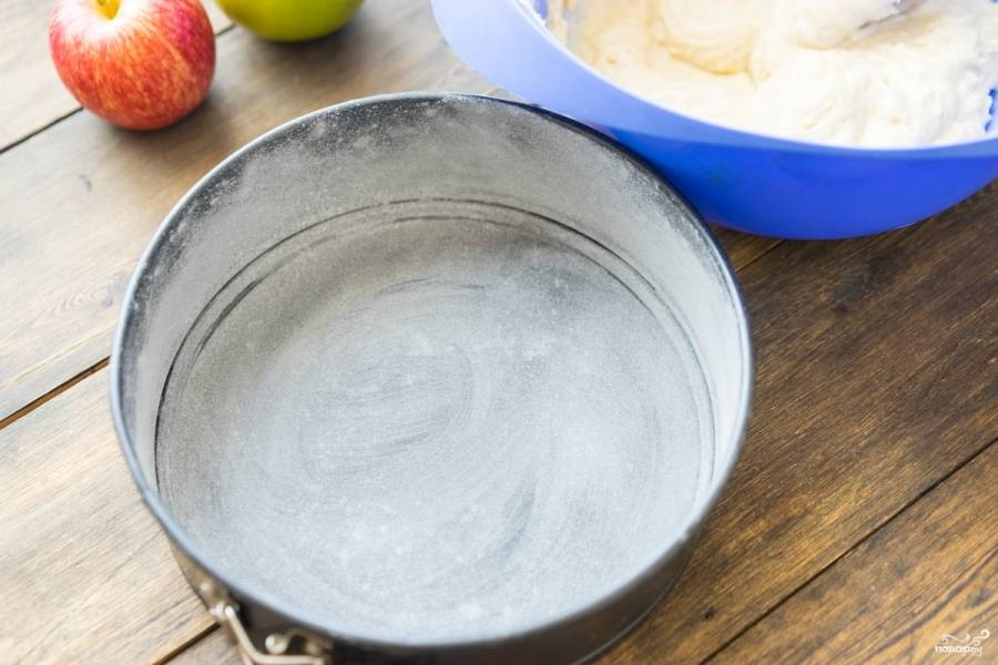 Форму для выпекания смажьте маслом сливочным и присыпьте слегка мукой.