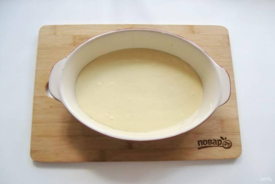 В форму для выпечки вылейте приблизительно половину заливки.