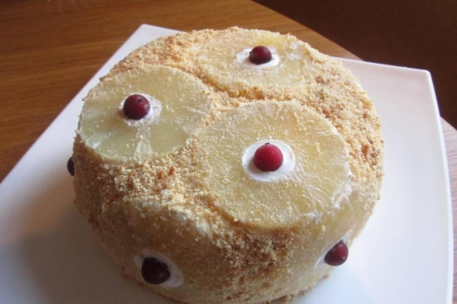 6. На следующий день торт переворачиваем, снимаем пленку и украшаем. Я декорирую крошкой от печенья и ягодками клюквы. Удачи!