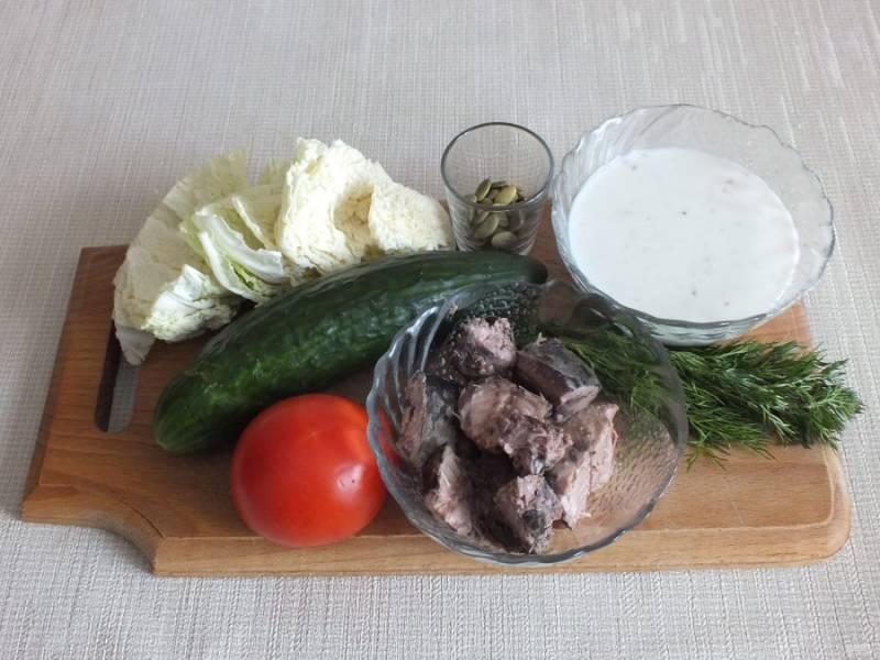 Подготовьте необходимые ингредиенты. Помойте овощи и зелень. Тунец отделите от жидкости.