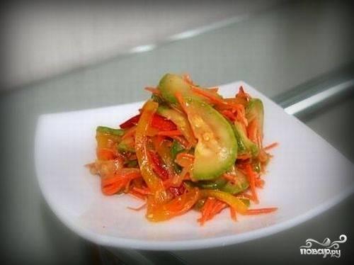 Готовый салат перед подачей посыпать поджаренными семенами кунжута. Приятного аппетита!