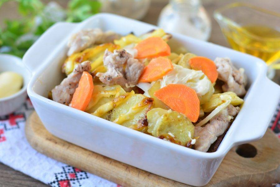 Немного перемешайте овощи с мясом и подавайте к столу.