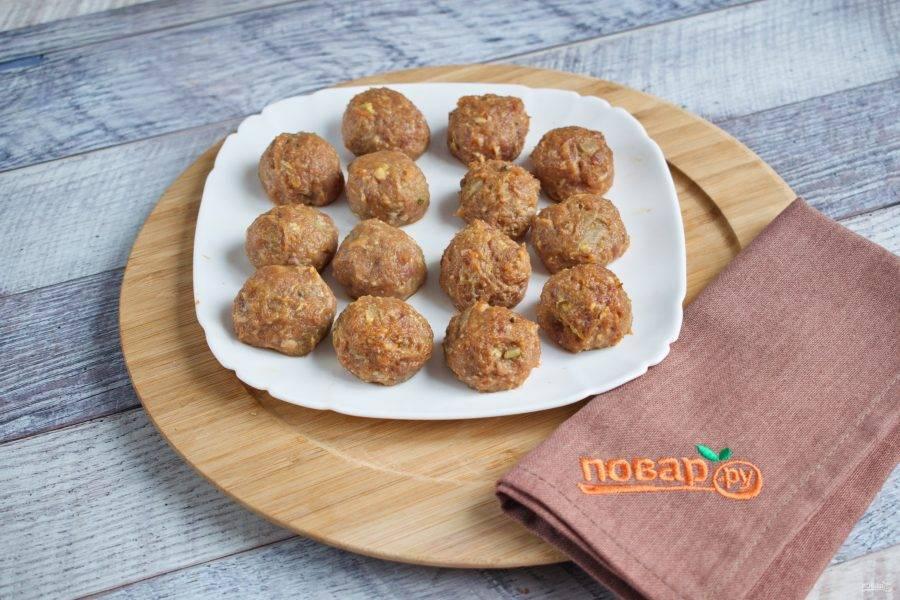 Из фарша сформируйте шарики размером с грецкий орех.