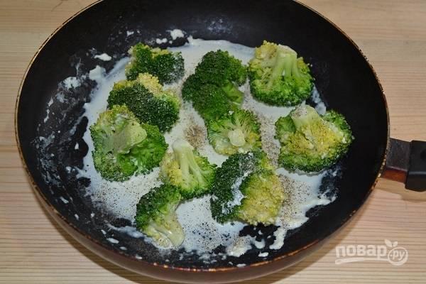 9. Прогреваем на среднем огне, по желанию добавляем чуть молотого перца или чеснока.