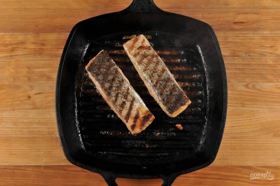4. Затем обжарьте лосося на гриле с небольшим количеством масла, примерно по 5 минут с каждой стороны. После этого смажьте рыбу заправкой из мёда с горчицей.