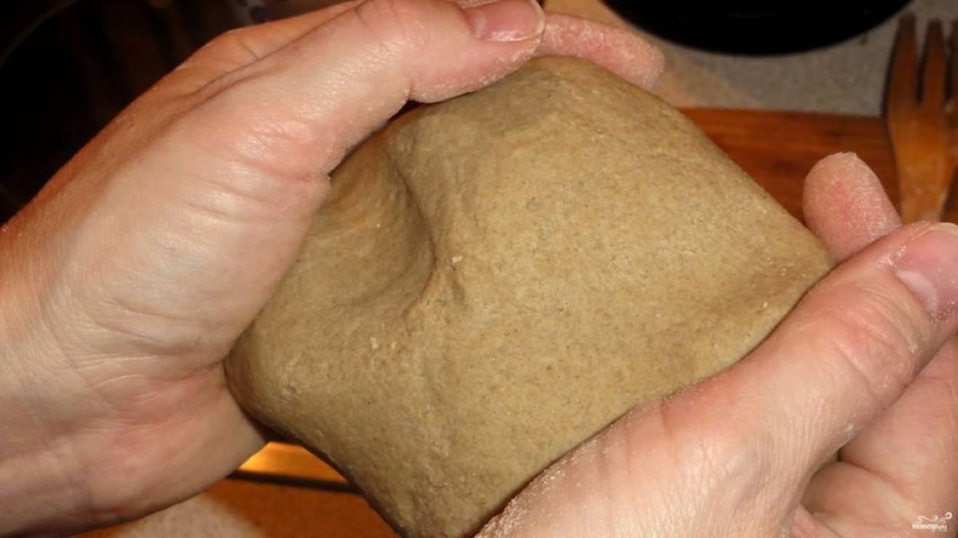 Если тесто будет сильно липнуть к рукам, обсыпьте его мукой. Сформируйте небольшой колобок, как на буханку.