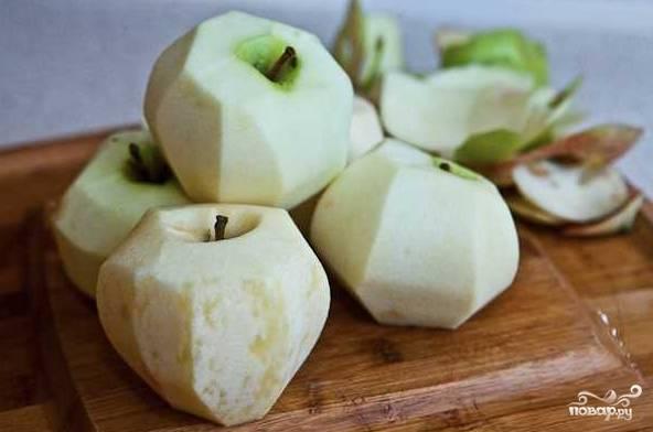 1. Перед началом процесса включите духовку на 180 градусов, пусть разогревается. Вымойте и очистите от кожуры и сердцевины яблоки. Лучше всего использовать зеленые и чуть кисловатые яблочки.