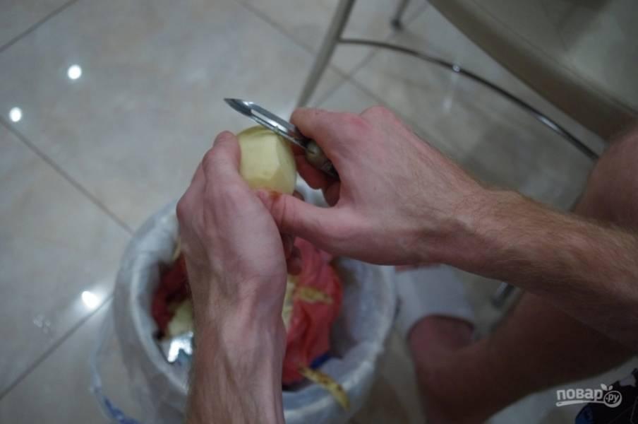 4. Пока жарятся овощи, чистим картофель. Обычно на полкило мяса уходит 10-12 средних картофелин.