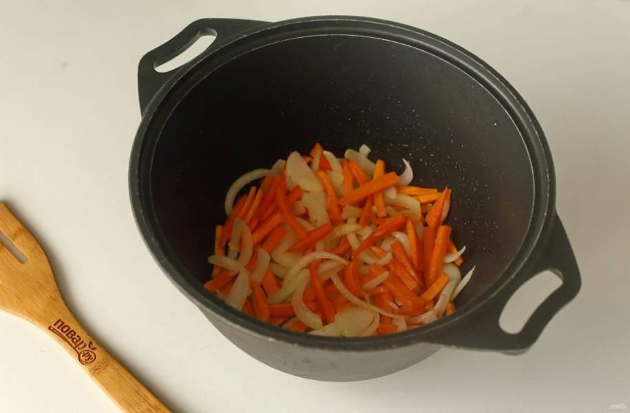 Обжарьте овощи до мягкости.