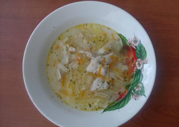 Разливаем готовый диетический суп из куриной грудки по тарелкам и кушаем. Приятного аппетита!