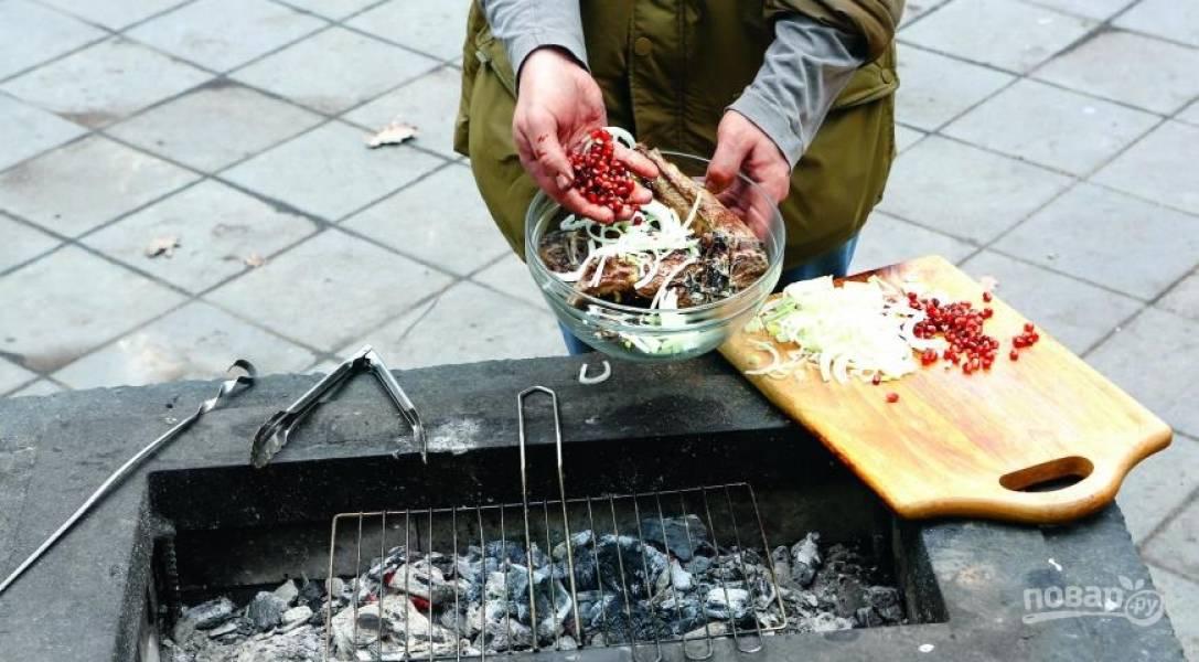Лук очистите от шелухи, нарежьте его кольцами или полукольцами. Затем очистите гранат и достаньте из него зерна. Подавайте готовые бараньи ребрышки на лаваше, посыпав луком и зернами граната.