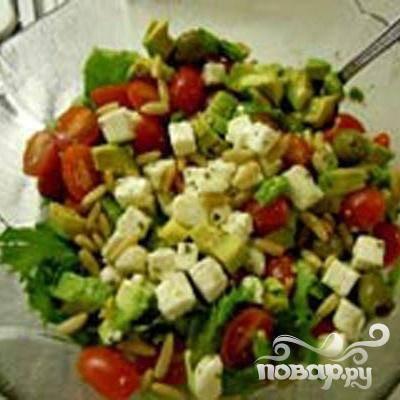 4.Сделаем к стейкам салат. Порежем спелое авокадо, пучок ледяного салата, пополам разрежем помидоры черри, кусочками порежем сыр фета, с чесноком и оливками. Можно добавлять кедровые орешки. Слегка поливаем оливковым маслом и соком лимона. Можно заливать смесью для маринада.