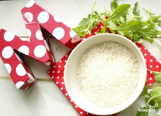 Отварите рис в подсоленной воде до полной готовности. Выбирайте рассыпчатые сорта, прекрасно подойдет пропаренный длиннозернистый рис.