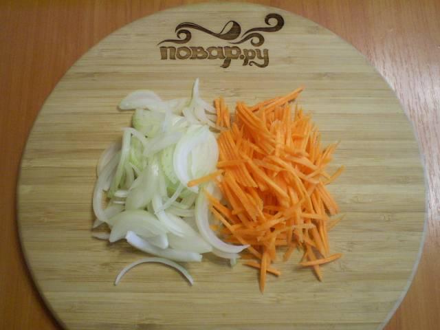 Теперь, пока лапша сохнет, займемся супом. Поставьте мясо в холодной воде на огонь, посолите и доведите до кипения. Порежьте овощи тонко.