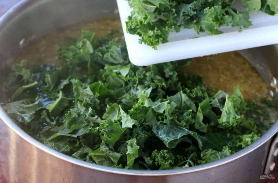Шпинат накрошите, добавьте в суп. Проварите 3-4 минуты. Суп готов!