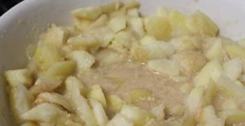 Томите яблоки около двух часов, пока они не превратятся по консистенции в пюре.