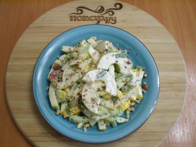 Выложите салат на тарелочку, щедро посыпьте его орехами. Готово!