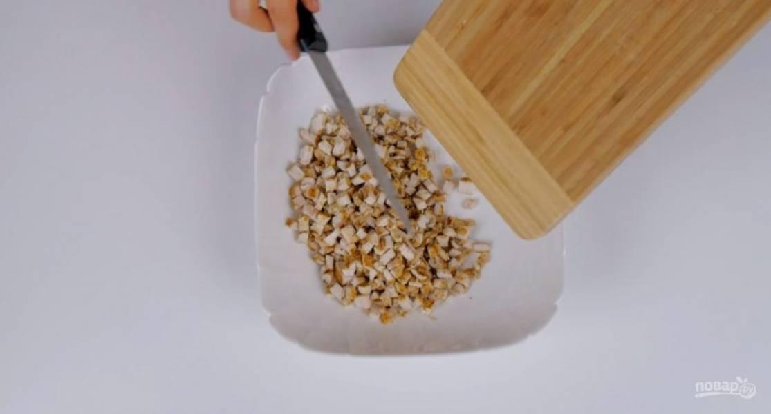 1. Куриное филе, обжаренное на гриле, нарежьте небольшими кубиками. Консервированные ананасы нарежьте кусочками. Твердый сыр натрите на мелкой терке.