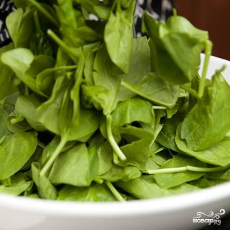 2. Пока бекон жариться, выложите шпинат в большую миску. Если он не был промыт, промойте и просушите бумажным полотенцем.