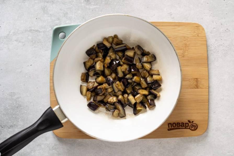 Баклажаны отожмите от выделившейся жидкости. Затем обжарьте в сковороде до золотистого цвета.