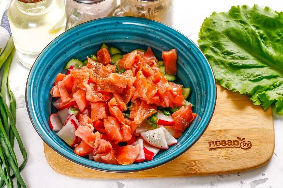 Слегка посолите, поперчите и заправьте салат качественным растительным маслом без отдушек. Аккуратно все перемешайте. Можно добавить немного свежего укропа — он идеален в дуэте с красной рыбой.