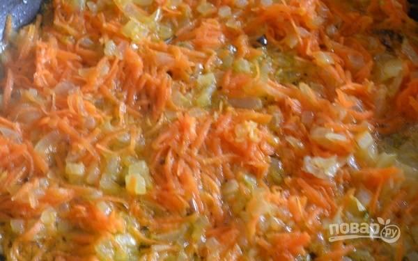 3. Лук с морковью выложите на сковороду с растительным маслом и обжарьте. После отправьте в кастрюлю с картофелем.