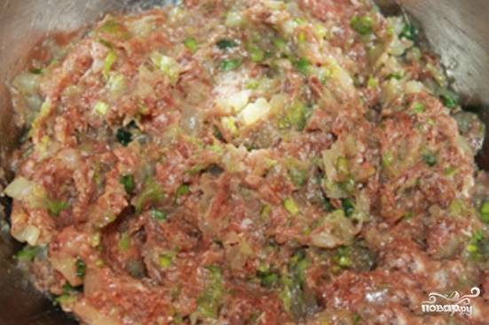 Рубим капусту как можно мельче, солим, смешиваем с мясным фаршем. Мелко режем лук. Трем на самой малой терке имбирь. Измельчаем зелень и чеснок. Все ингредиенты для начинки смешиваем в одной емкости, пробуем на вкус, в случае необходимости досаливаем.