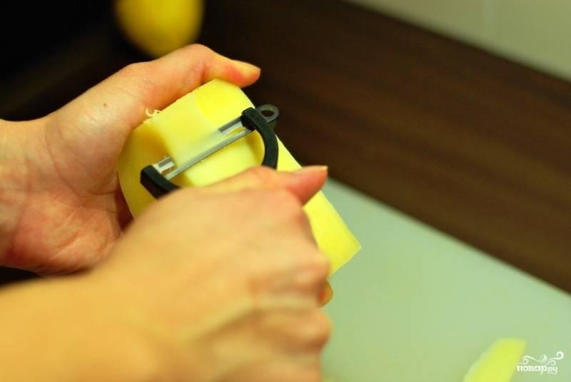 Тонкими слайсами нарезаем твердый сыр. Лучше всего делать это при помощи специального сырного ножа.