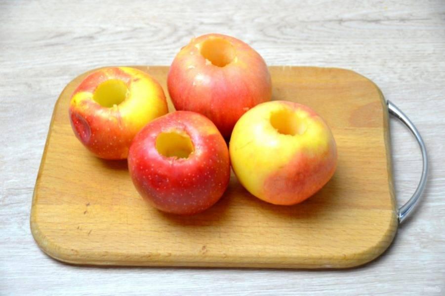 Яблоки очистите от сердцевинок, кожуру лучше оставить.