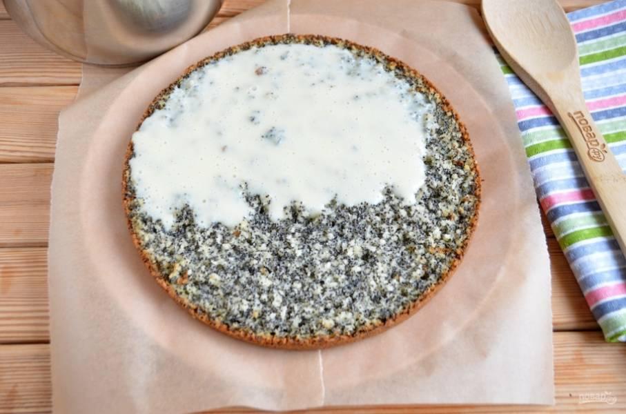 Тарелочку застелите двумя кусочками бумаги, когда торт будет собран, потяните за кусочки с разных сторон и тарелочка останется чистой и тортик не пострадает. Порежьте бисквит на три коржа. Каждый корж хорошо смажьте заварным кремом.