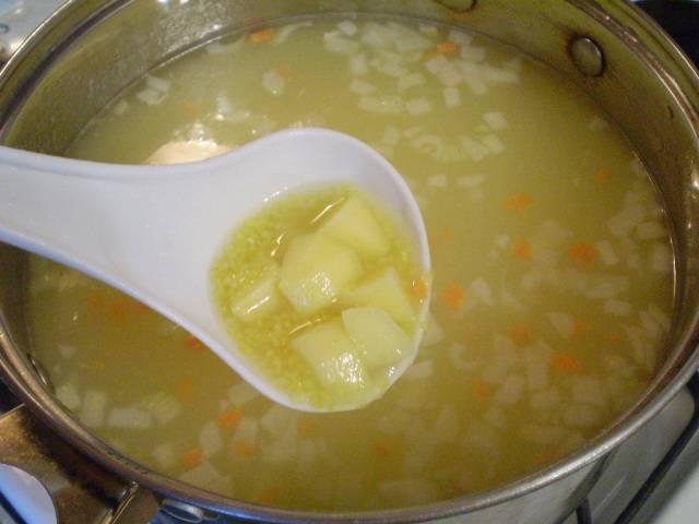 Закладываем овощи в суп, и варим все еще 20 минут.