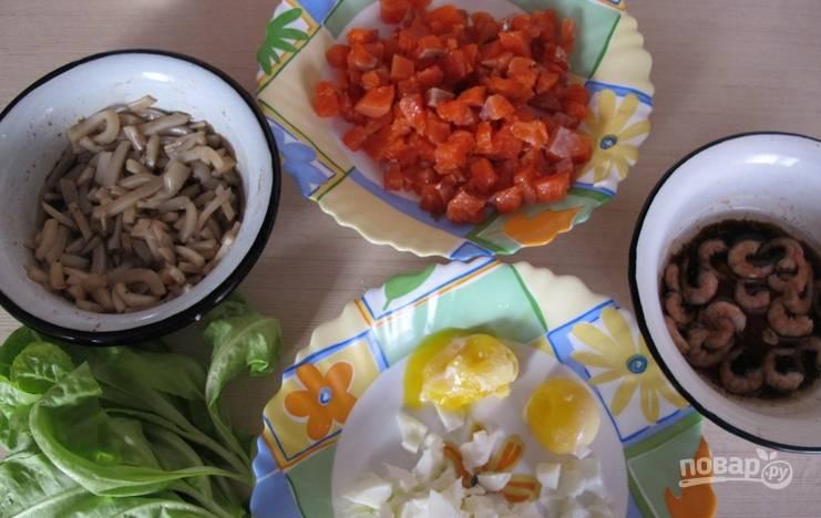 Смешиваем оливковое масло, соевый соус и лимонный сок, добавляем немного соли и перца. Заливаем одной половиной смеси кальмары, а другой — креветки. Маринуем морепродукты 15 минут.