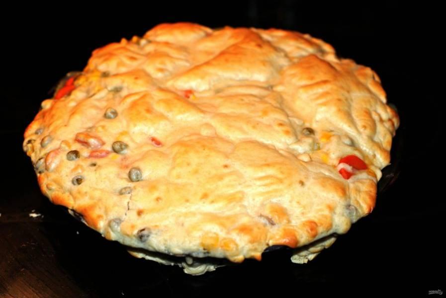 4.Отправьте пирог в разогретый до 200 градусов духовой шкаф на 15-20 минут, чтобы получилась золотистая корочка.