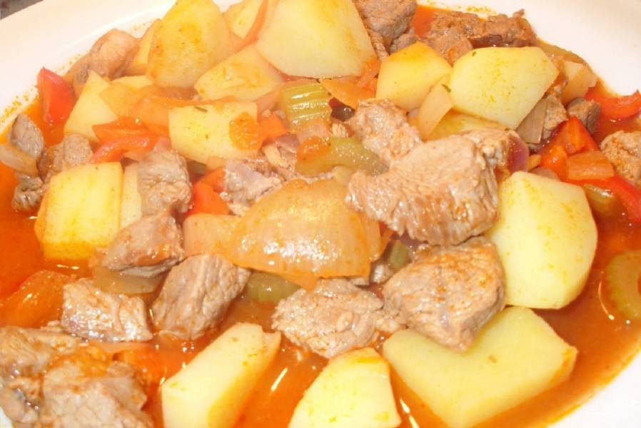 6. По истечении указанного времени откройте крышку. Картошка со свининой готова. Наслаждайтесь вкусом аппетитного блюда.