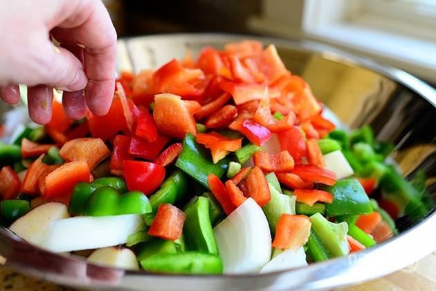 4. Смешайте нарезанные овощи в одной большой кастрюле.