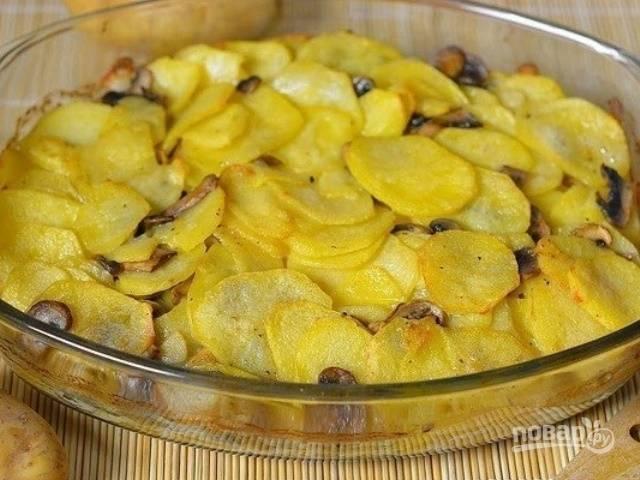 Ингредиенты переложите в жаропрочную форму. Запекайте блюдо в духовке в течение 20-25 минут при 200 градусах. Приятного аппетита!