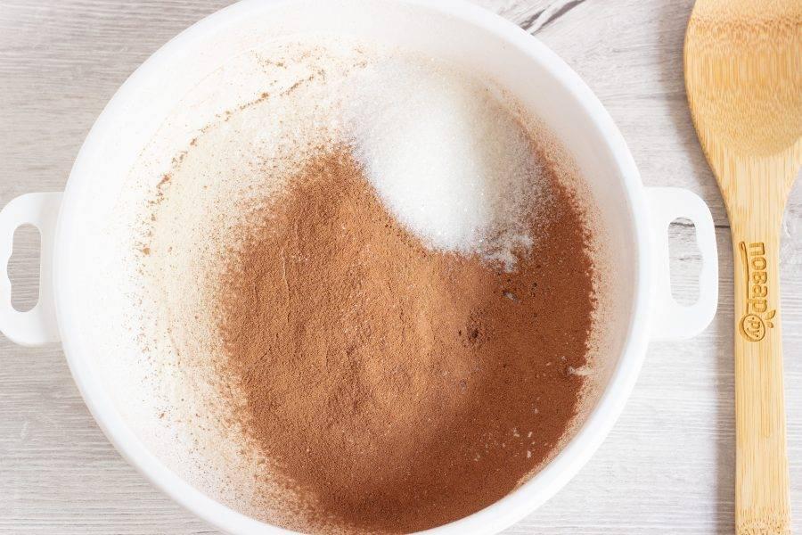 В миску просейте муку и какао, добавьте сахар и соль. Перемешайте.