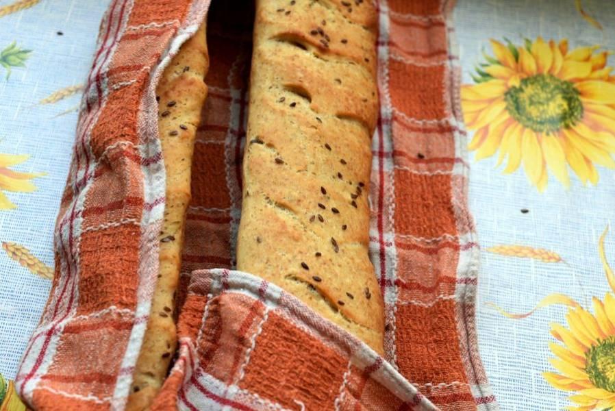 Бесспорно, горячий багет с хрустящей ломкой корочкой – настоящее лакомство. Однако лучше остудить багеты, прикрыв полотенцем свободно, чтобы корочка сохранила свой хруст.