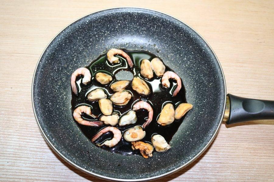 Мидии и криветки залейте соевым соусом и немного прогрейте, но не кипятите.