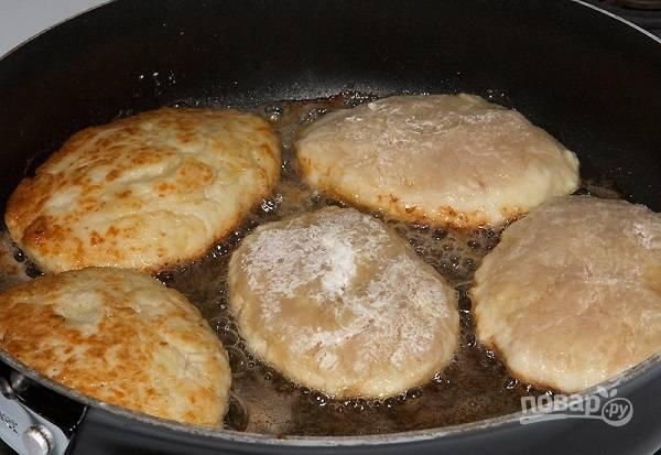 6. И выложите на сковороду с разогретым растительным маслом. Жарьте на среднем огне с двух сторон до румяной корочки.