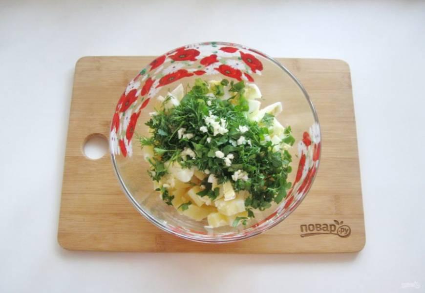 Чеснок мелко нарежьте или измельчите в специальном прессе, выложите в салат.
