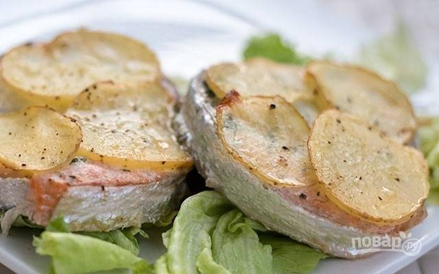 Лосось, запеченный с картофелем