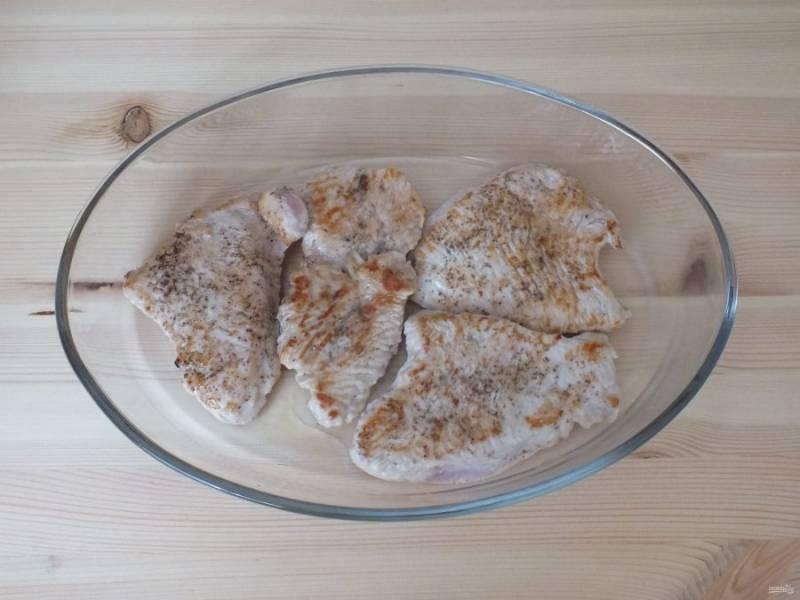 Переложите обжаренное мясо в форму. Включите духовку на 210 градусов.