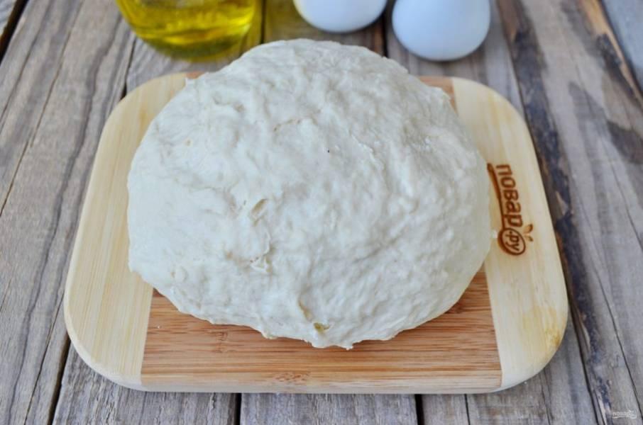 Как только тесто станет достаточно упругим, смажьте руки маслом растительным и вымесите его хорошенько. Не нужно сильно забивать тесто, оно должно остаться мягким! Смажьте стол растительным маслом, разделите тесто на кусочки, количество — на ваше усмотрение. Оставьте его на 15-20 минут отдохнуть.