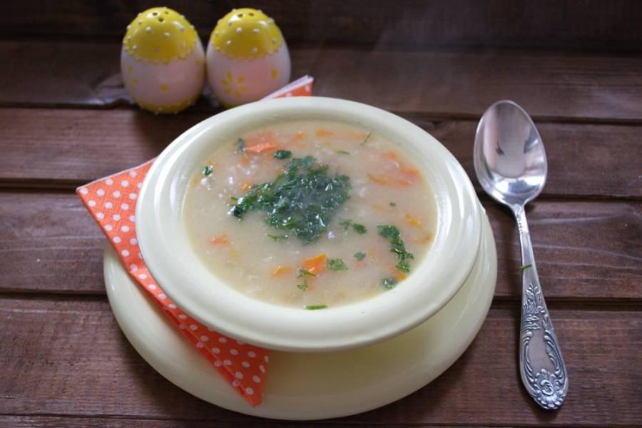 Добавляем соль, перец. Довариваем суп до готовности картофеля и выключаем. Предварительно достаньте из супа мясо. Снимите мясо с кости. Отварное мясо (уже без кости) верните в суп. Разливаем по мискам и подаем к столу.