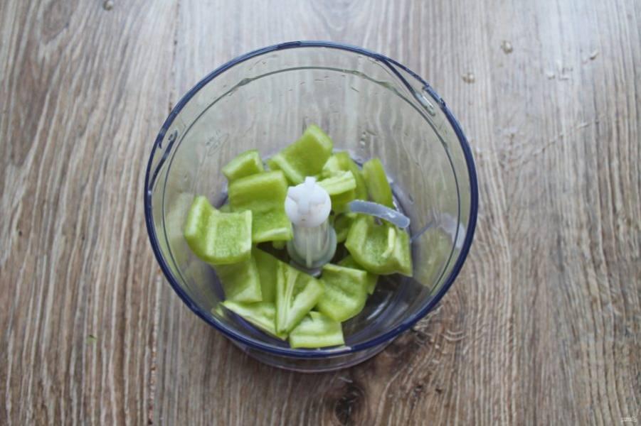Перец болгарский очистите от семян и плодоножки, порежьте на кусочки и выложите в чашу блендера.