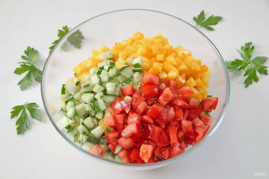 7. Также отправьте в миску измельченные раннее овощи.